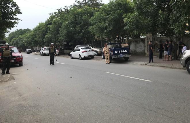 [CẬP NHẬT] Cảnh sát dùng súng bắn tỉa vây bắt đối tượng hình sự cố thủ trong nhà ở Nghệ An - ảnh 9