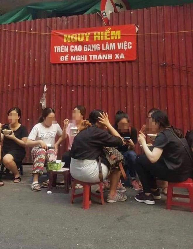 Bức ảnh nhóm bạn gái ngồi ăn vỉa hè với nghịch lý khiến nhiều người ngỡ ngàng - Ảnh 1.