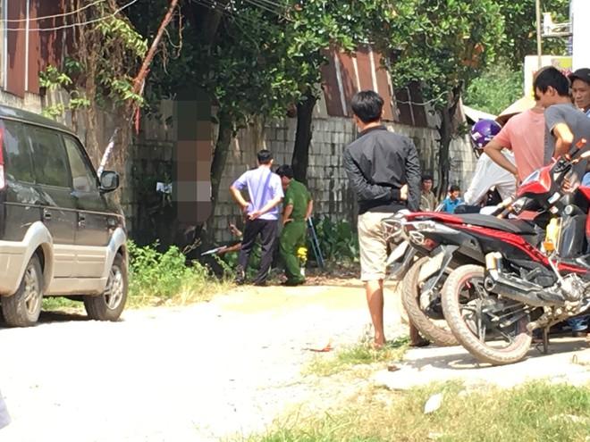 Đi đổ rác trước nhà, người phụ nữ phát hiện hàng xóm treo cổ trên cây mít - Ảnh 2.