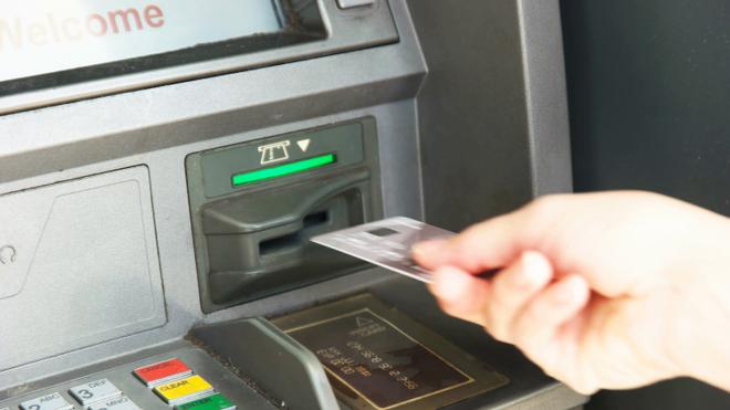 Không may bị nuốt thẻ ATM khi đang rút tiền, đây là những điều bạn cần làm ngay - Ảnh 2.