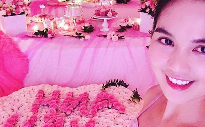 Khoe thiệp mời đám cưới chị gái, Ngọc Trinh lại khiến dân tình tò mò về mối quan hệ khăng khít với bạn trai mới