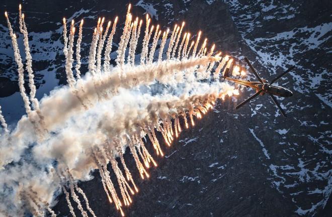 """24h qua ảnh: Siêu trực thăng """"Báo sư tử"""" bắn pháo sáng trong cuộc tập trận ở Axalp - ảnh 3"""