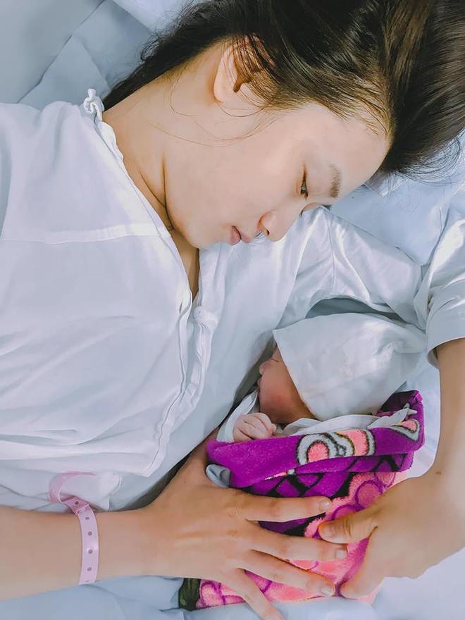 Justa Tee tranh thủ đi sự kiện trong lúc chờ vợ sinh con đầu lòng - Ảnh 6.