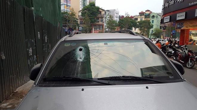 Hà Nội: Thanh sắt từ công trình xây dựng rơi xuống đâm thủng ô tô 7 chỗ - Ảnh 2.