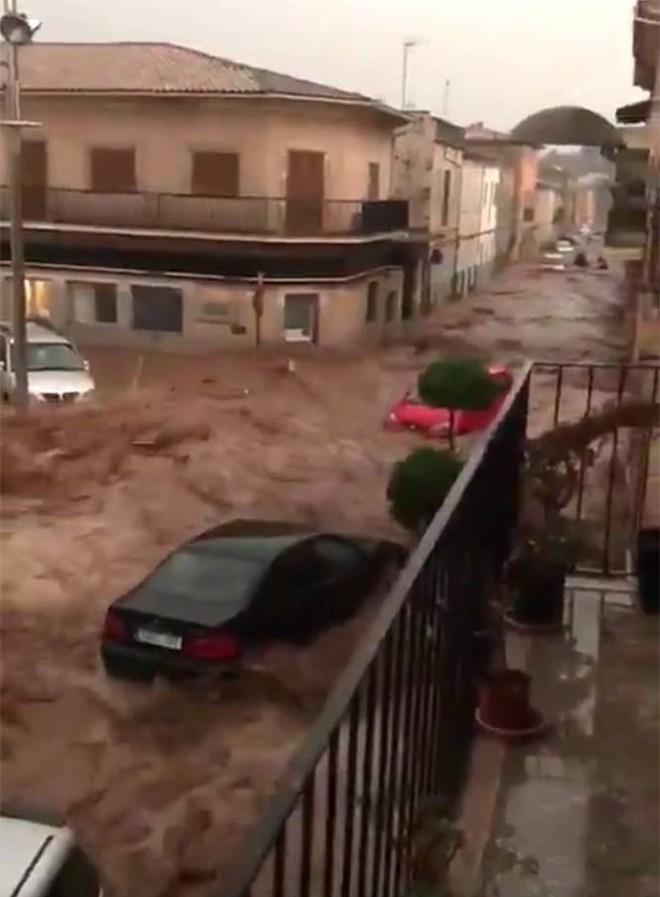 Lũ lớn càn quét đảo Mallorca, Tây Ban Nha: Ít nhất 5 người chết, nhiều người mất tích - Ảnh 2.