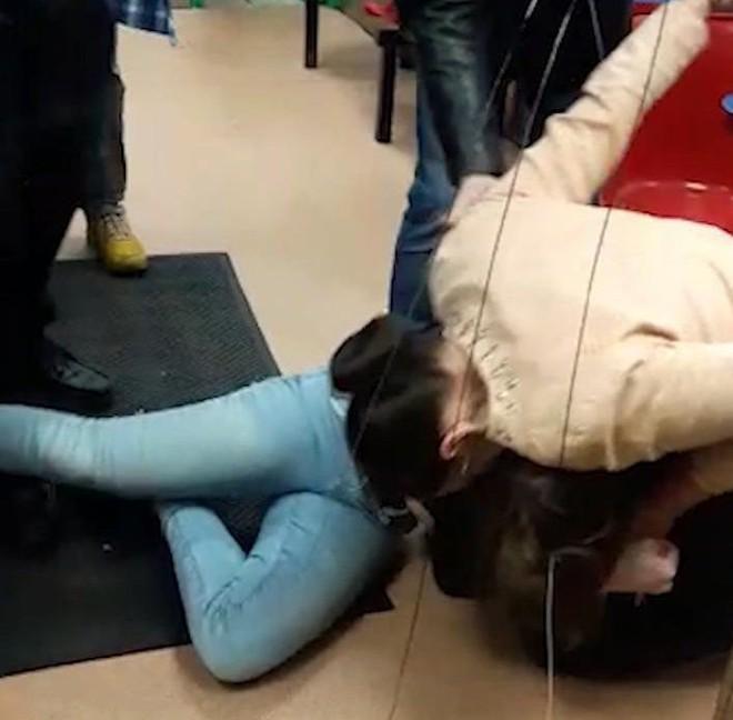 Người phụ nữ điên cuồng đánh rồi cắn đứt tai bạn ngay trong quán ăn - Ảnh 2.