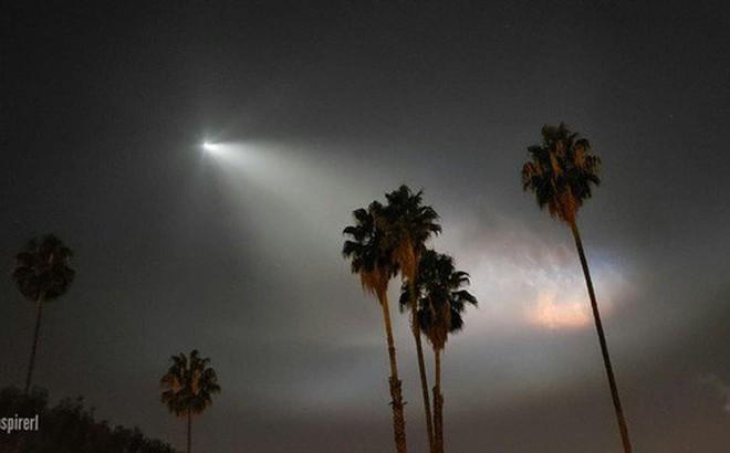Hiệu ứng tên lửa phóng xuyên khí quyển của SpaceX ảo đến nỗi ngỡ như lạc vào cõi siêu thực!
