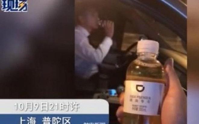 Đi vệ sinh vào chai rồi lười đem vứt, tài xế taxi bị sa thải vì để khách uống nhầm chai nước tiểu của mình