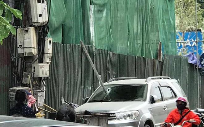 Hà Nội: Thanh sắt từ công trình xây dựng rơi xuống đâm thủng ô tô 7 chỗ
