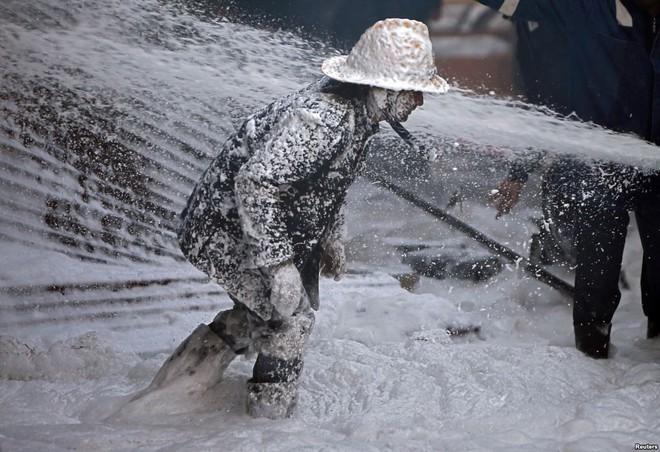 24h qua ảnh: Lễ hội đua bò trên ruộng lúa ở Việt Nam - Ảnh 7.