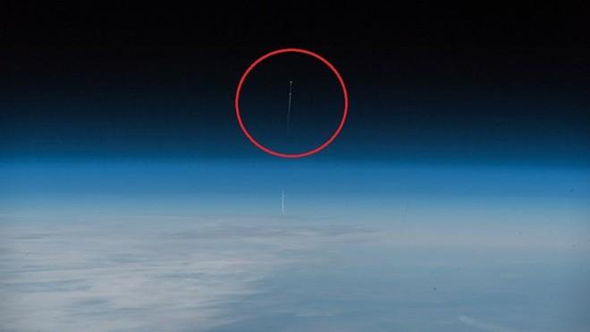 Phi hành gia Đức chụp khoảnh khắc tên lửa đẩy tàu Soyuz rơi - Ảnh 1.