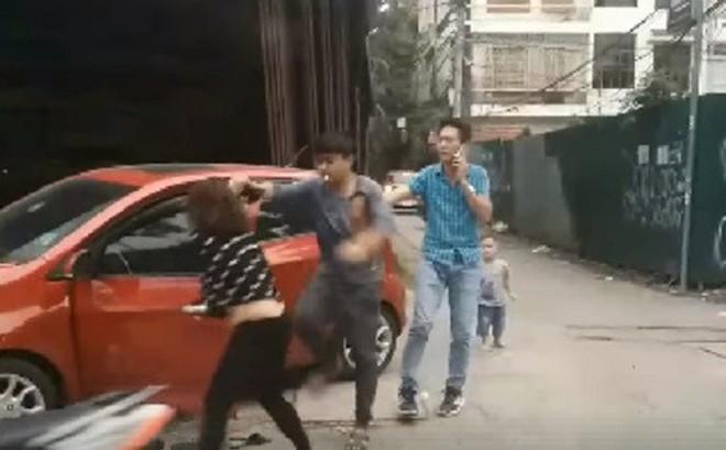 Chồng đánh vợ dã man giữa phố Hà Nội mặc con trai gào khóc: Thông tin từ công an