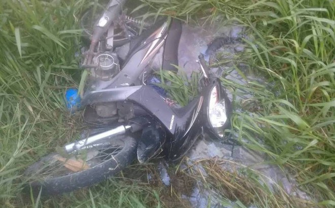 Thi thể nam thanh niên dưới mương nước bị xe máy đè lên người