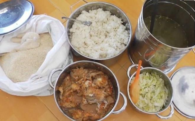 """Phụ huynh """"lọt"""" được vào trường và chứng kiến con ăn cơm mốc: Do gạo ruộng, không hóa chất?"""