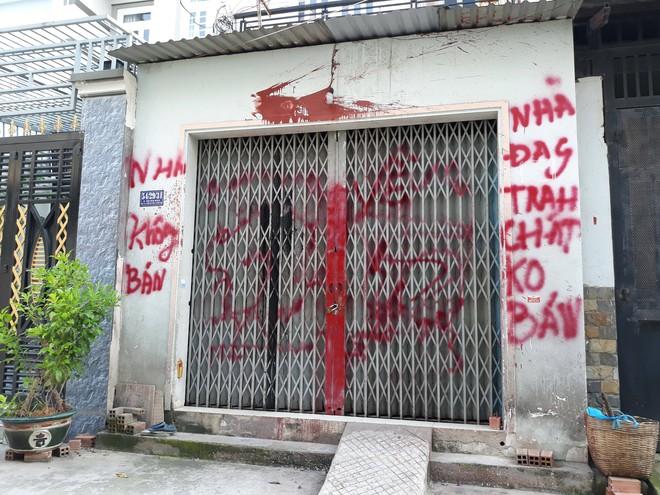 Vụ cô giáo viết đơn xin xã hội đen cho đi dạy ở Sài Gòn: Chính quyền sơn lại nhà, gắn camera bảo vệ - ảnh 4