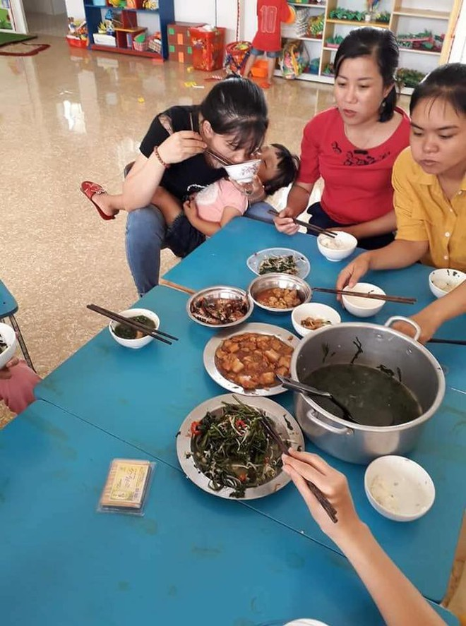 Bữa ăn trưa vội vã của nữ giáo viên mầm non, vừa ăn vừa bế trẻ và những câu chuyện phía sau - ảnh 1