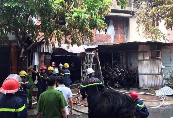 Hà Nội: Lửa ngùn ngụt bao trùm căn nhà, một phụ nữ được đưa đi cấp cứu - ảnh 2