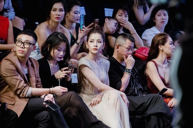 Chi Pu ôm, hôn stylist Hoàng Ku ngay tại sự kiện  - Ảnh 10.
