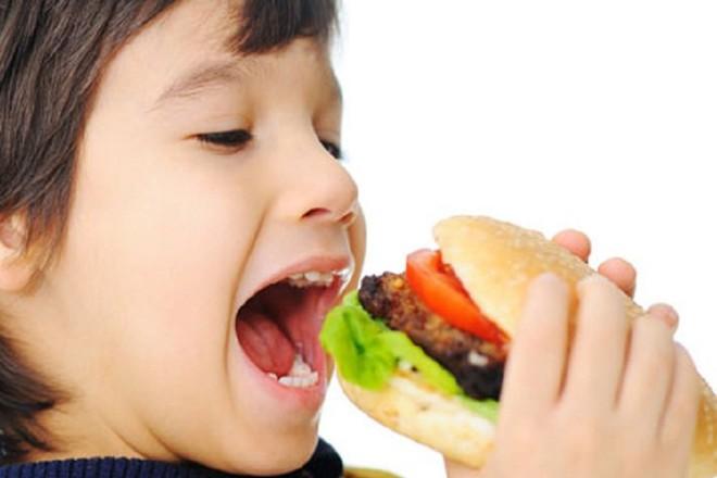 Một số hành vi ăn uống của giới trẻ không tốt cho sức khỏe - Ảnh 1.
