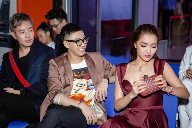 Chi Pu ôm, hôn stylist Hoàng Ku ngay tại sự kiện  - Ảnh 9.