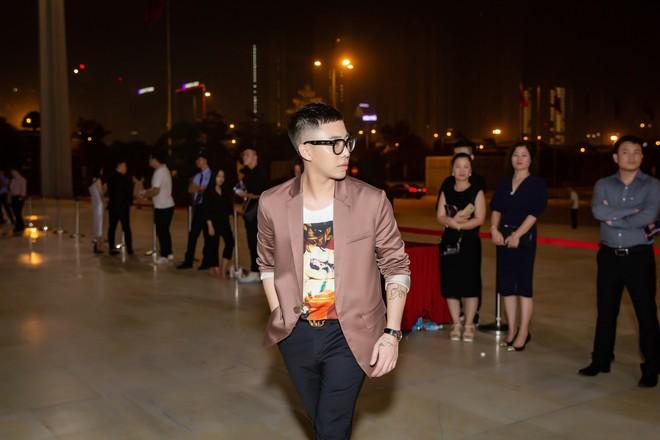 Chi Pu ôm, hôn stylist Hoàng Ku ngay tại sự kiện  - Ảnh 2.