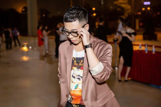 Chi Pu ôm, hôn stylist Hoàng Ku ngay tại sự kiện  - Ảnh 3.