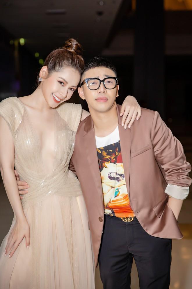 Chi Pu ôm, hôn stylist Hoàng Ku ngay tại sự kiện  - Ảnh 7.