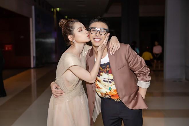Chi Pu ôm, hôn stylist Hoàng Ku ngay tại sự kiện  - Ảnh 6.