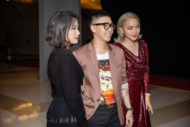 Chi Pu ôm, hôn stylist Hoàng Ku ngay tại sự kiện  - Ảnh 8.