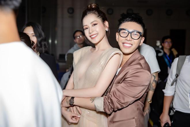 Chi Pu ôm, hôn stylist Hoàng Ku ngay tại sự kiện  - Ảnh 5.