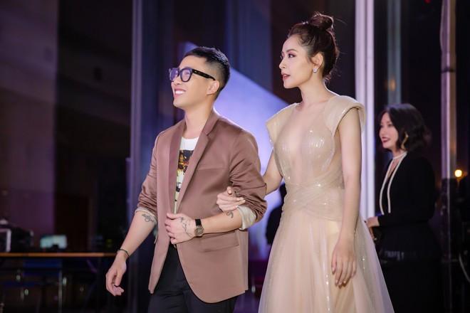 Chi Pu ôm, hôn stylist Hoàng Ku ngay tại sự kiện  - Ảnh 4.
