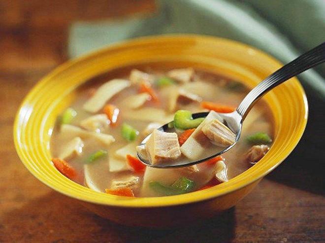 Tranh luận trái chiều về thói quen ăn cơm chan canh gây bệnh dạ dày: Đâu là cách ăn đúng? - Ảnh 3.