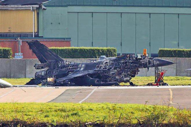 Lộ nguyên nhân bất ngờ khiến 2 F-16 Bỉ nổ tung: Quân ta bắn quân mình ngay trên mặt đất - Ảnh 1.