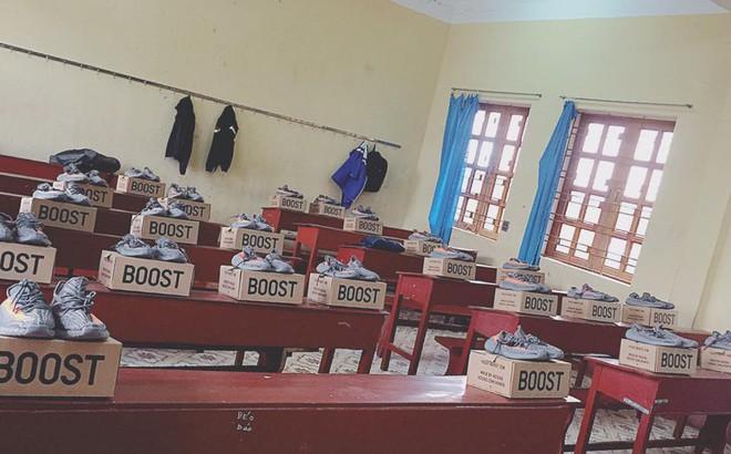 23 đôi giày đắt đỏ xếp trên bàn học gây tò mò, lí do đằng sau càng khiến dân mạng thích thú