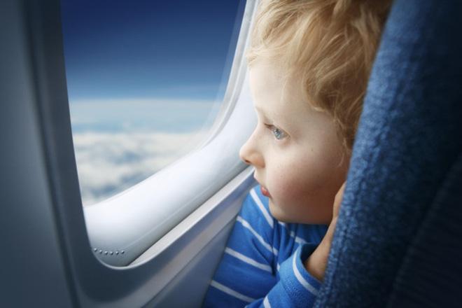 Tại sao phải kéo rèm cửa sổ lên khi máy bay cất cánh và hạ cánh? - Ảnh 2.