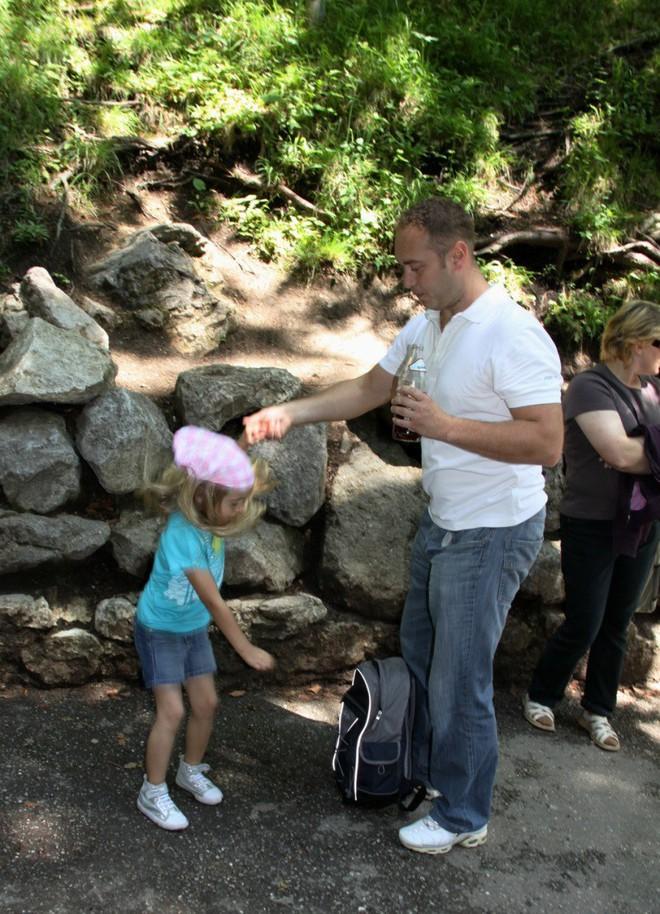 Thấy con gái mắc kẹt trên tường đá, thái độ lạ thường của ông bố khiến mọi người nể phục - Ảnh 2.
