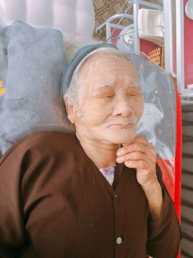 Hình ảnh bà nội 80 tuổi đắp mặt nạ dưa chuột và câu chuyện khiến nhiều cô gái chào thua - Ảnh 6.