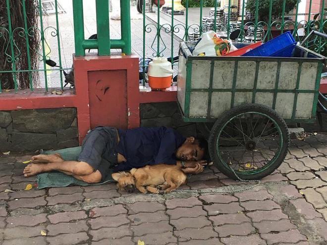 Chiếc xe ve chai trên đường phố Sài Gòn khiến ai đi qua cũng muốn nán lại ngắm nhìn - Ảnh 2.
