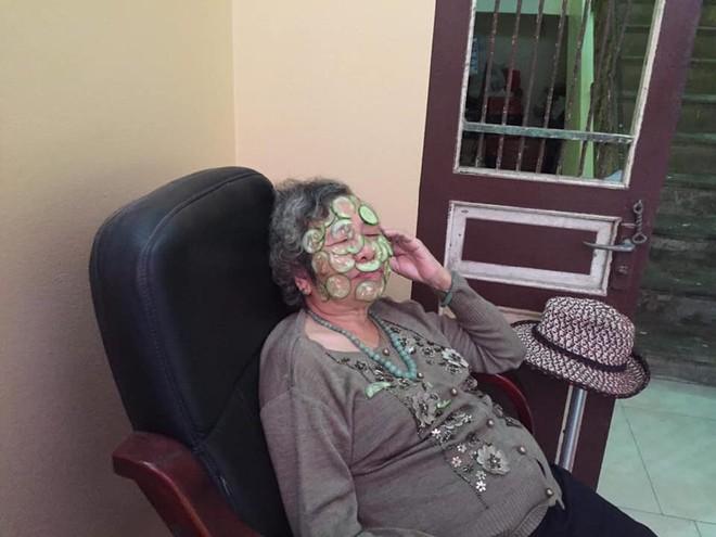 Hình ảnh bà nội 80 tuổi đắp mặt nạ dưa chuột và câu chuyện khiến nhiều cô gái chào thua - Ảnh 3.
