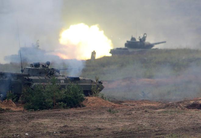 Lính Nga bị kỷ luật khi xe tăng hết đạn, dùng xích đè nát những kẻ tấn công tập kích - Ảnh 1.