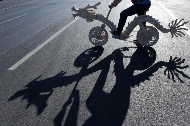 24h qua ảnh: Xe đạp hình rồng kỳ lạ được làm từ que kem ở Trung Quốc - ảnh 6