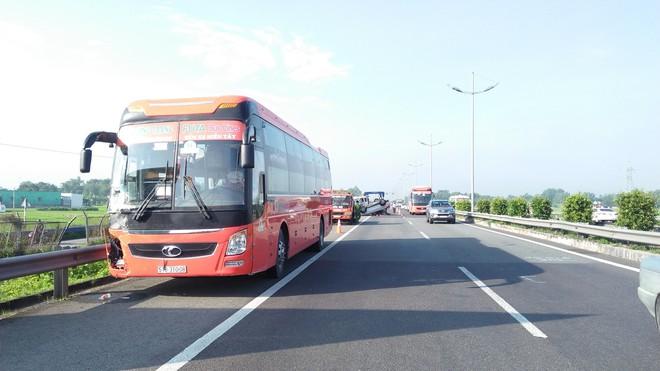 Va chạm xe khách Phương Trang, ô tô 4 chỗ lật ngửa trên cao tốc, 3 người mắc kẹt - Ảnh 1.