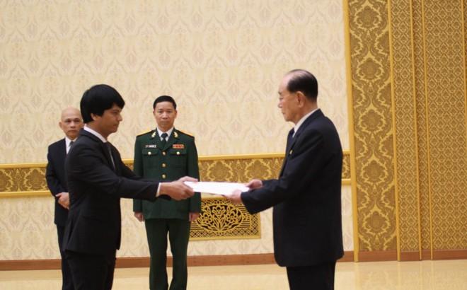 Đại sứ Việt Nam tại Triều Tiên trình Quốc thư, tặng tranh tự vẽ cho ông Kim 1