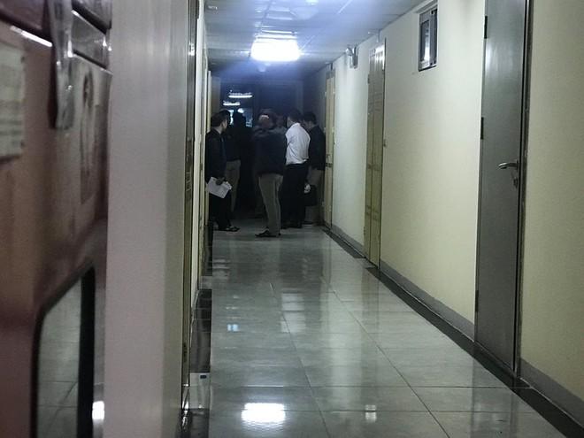 Cảnh sát đưa 2 cô gái rời khỏi tầng 31 trong đêm sau vụ bé sơ sinh rơi từ tầng cao tử vong 15