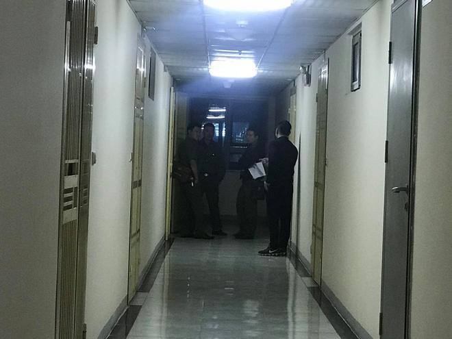 Cảnh sát đưa 2 cô gái rời khỏi tầng 31 trong đêm sau vụ bé sơ sinh rơi từ tầng cao tử vong 14