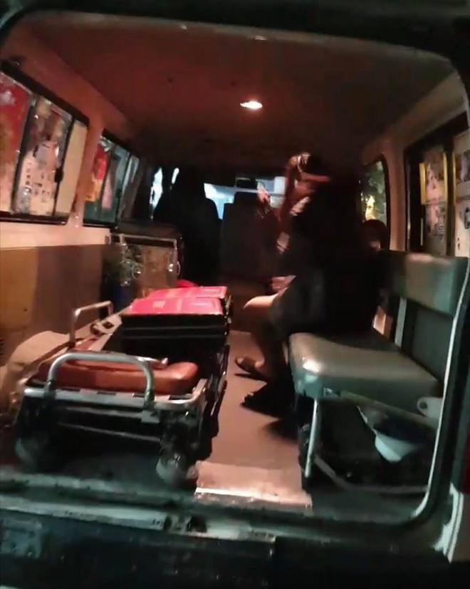 Cảnh sát đưa 2 cô gái rời khỏi tầng 31 trong đêm sau vụ bé sơ sinh rơi từ tầng cao tử vong 12