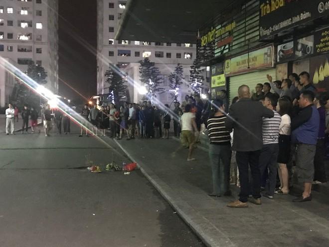 Cảnh sát đưa 2 cô gái rời khỏi tầng 31 trong đêm sau vụ bé sơ sinh rơi từ tầng cao tử vong - Ảnh 4.