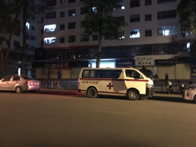 Cảnh sát đưa 2 cô gái rời khỏi tầng 31 trong đêm sau vụ bé sơ sinh rơi từ tầng cao tử vong 5
