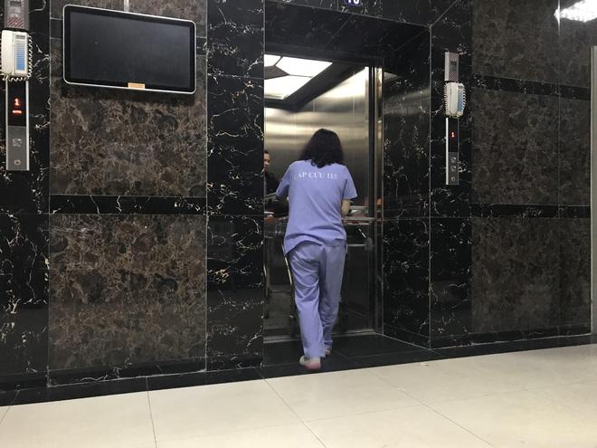 Cảnh sát đưa 2 cô gái rời khỏi tầng 31 trong đêm sau vụ bé sơ sinh rơi từ tầng cao tử vong - Ảnh 7.