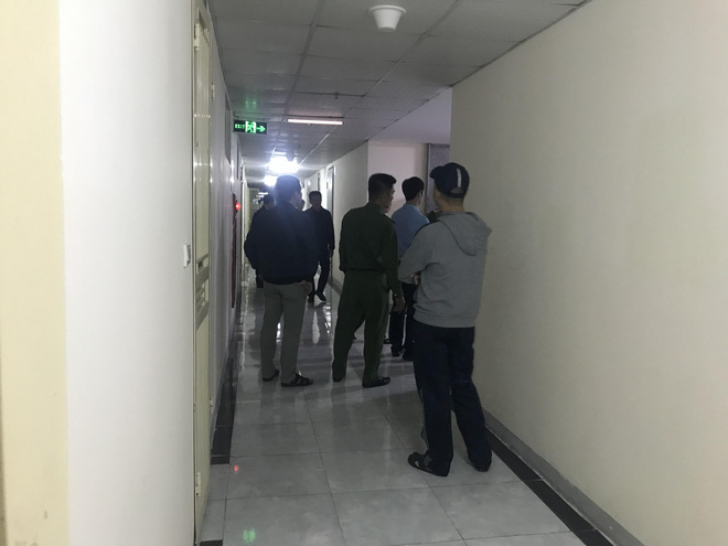 Cảnh sát đưa 2 cô gái rời khỏi tầng 31 trong đêm sau vụ bé sơ sinh rơi từ tầng cao tử vong 8